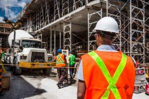 travailleur de construction et leur équipement de sécurité